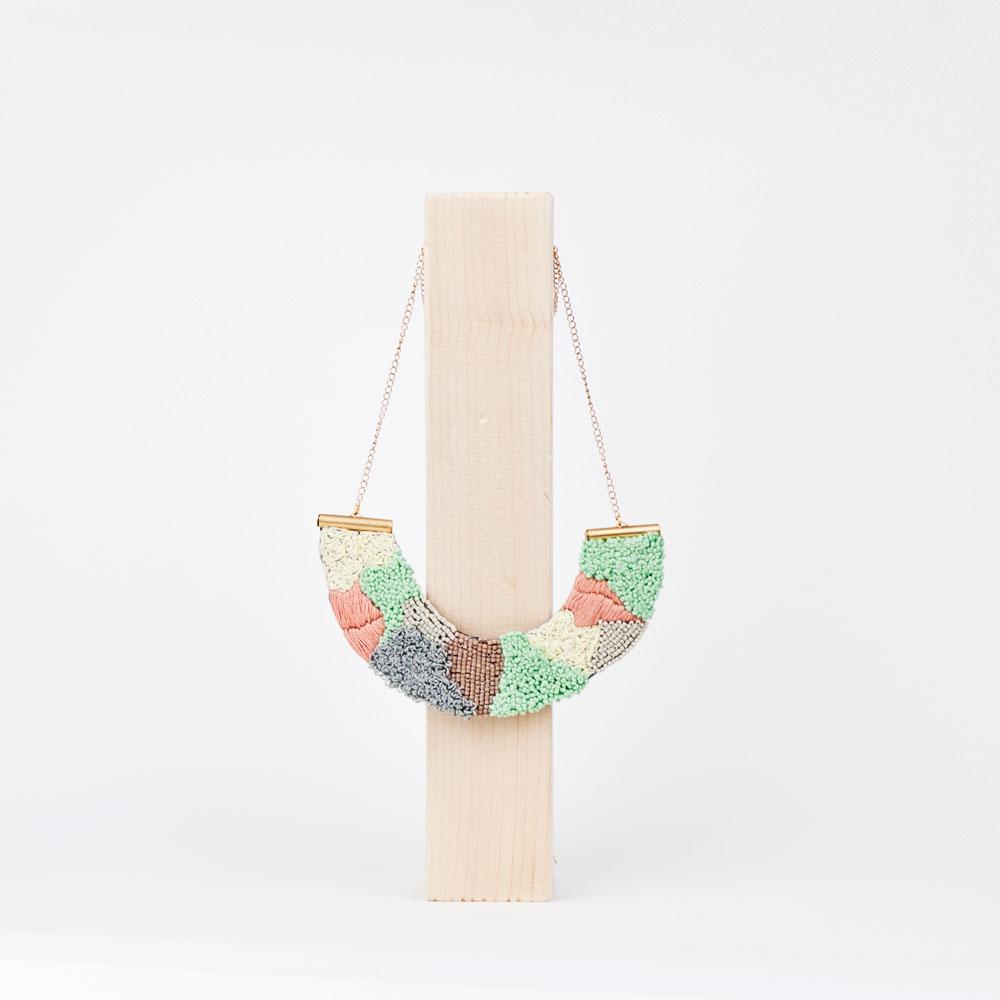 collar-etnico-bordados-grande-tonos-pastel